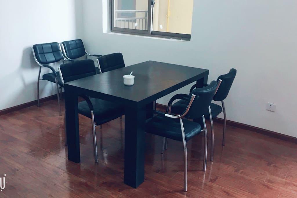 桌子很大,六人吃饭不拥挤