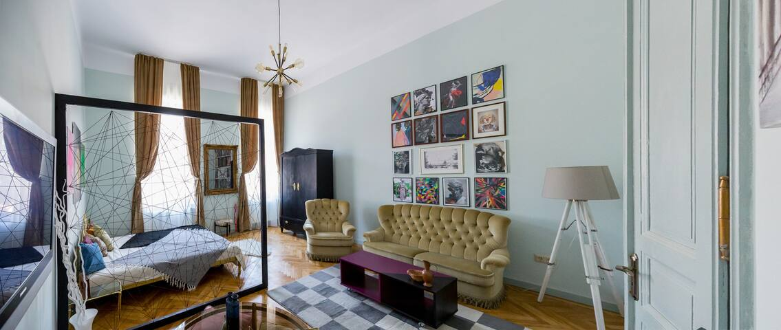 City Center - Inspiringly Eclectic Apartment