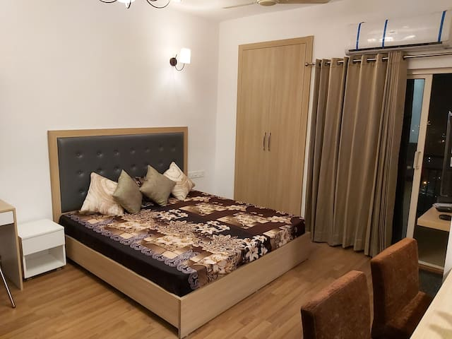 Golden Oasis Studio⭐Noida close to India Expo Mart