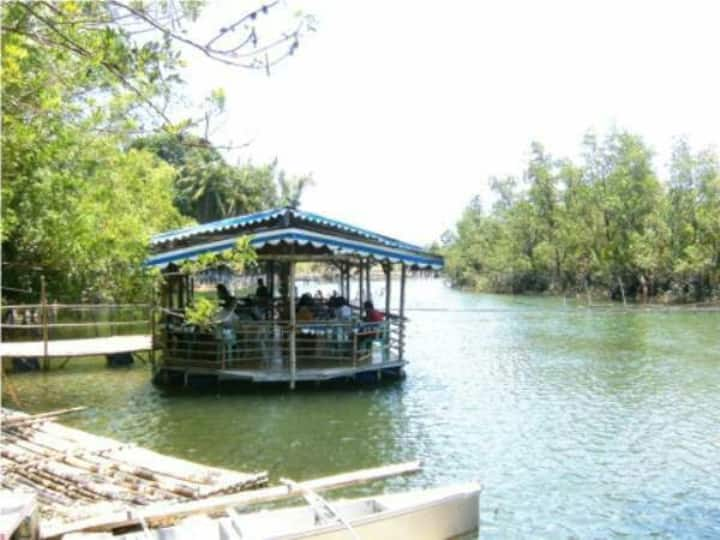 Lakeside guesthouse with pool and bfast