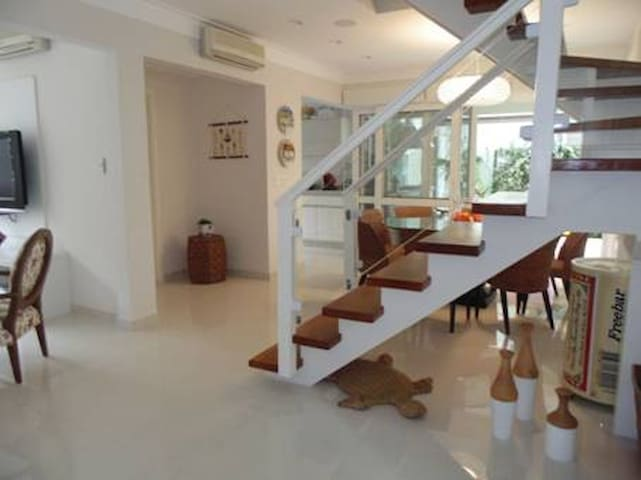 Piscina, condomínio, 50m praia, ar condicionado! - Praia de Juqueí - Huis