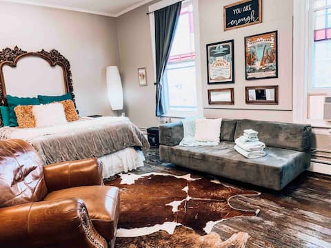 Large Private Room in Downtown Abingdon VA