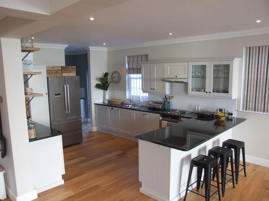 Contemporary open plan kitchen with breakfast bar