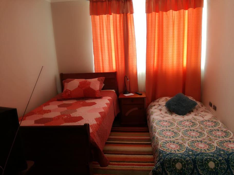 Se arma una segunda cama para compartir la habitación con tu amig@s...o familiar.