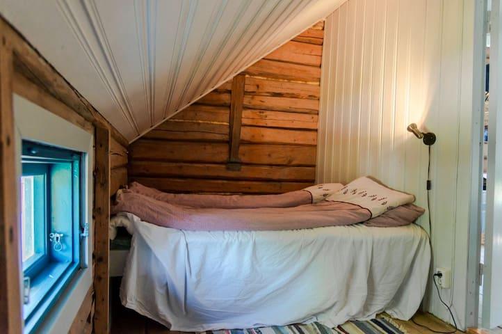 Sov 1 i 2. etasje. Senga er 185 cm lang og 140 cm bred
