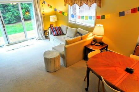 Cozy, sun-filled, private VT room! - Hartford - Leilighet