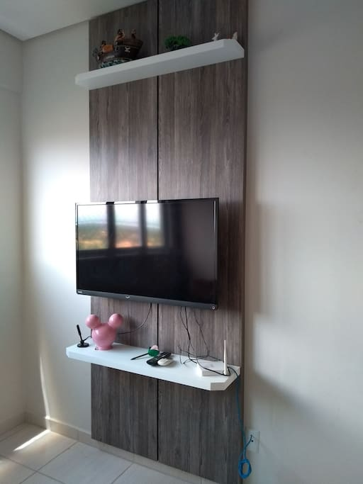 ⏺️Tv na sala, com antena local; roteador com wi-fi. ⏺️Here u can see the television and the modem of wi-fi.
