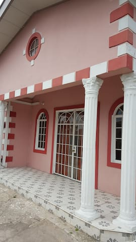 Beautiful 3 bedroom 10 min from Airport and Mall - Trincity - Appartement