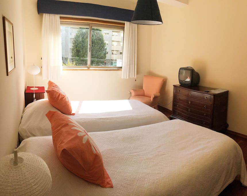Beautiful, bright and lovely bedroom with cable TV.   Dormitorio hermoso, brillante y encantador con TV.   Chambre belle, spacieuse et lumineuse avec TV câble.
