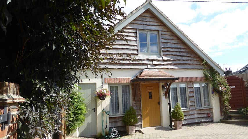 Luxury dog friendly cottage with hot tub in Dorset