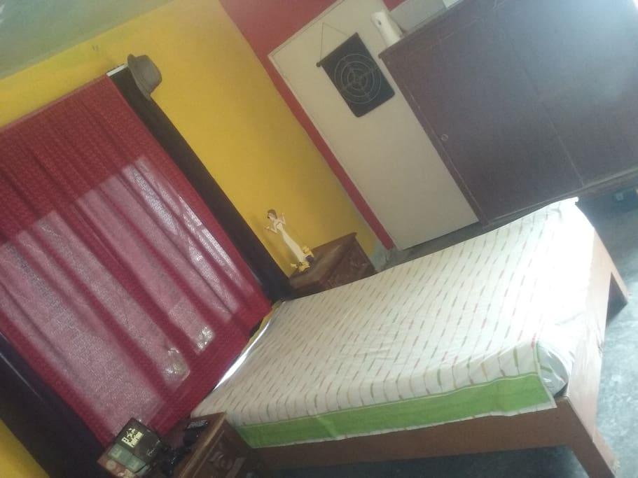 La recamara cuenta con 2 camas individuales, cajoneras ropero como se muestra en esta foto...
