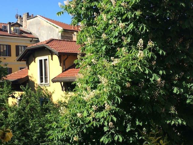 La camera da letto affaccia su uno splendido giardino interno appartenente ad una villa costruita tra il XIX e gli inizi del XX secolo.