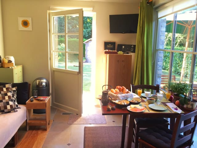 4-space 42m² B&B, free breakfast, bikes & garden