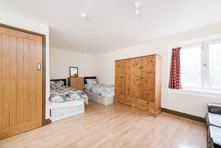 Huge Studio Central London 24 Hour buses Zone 2