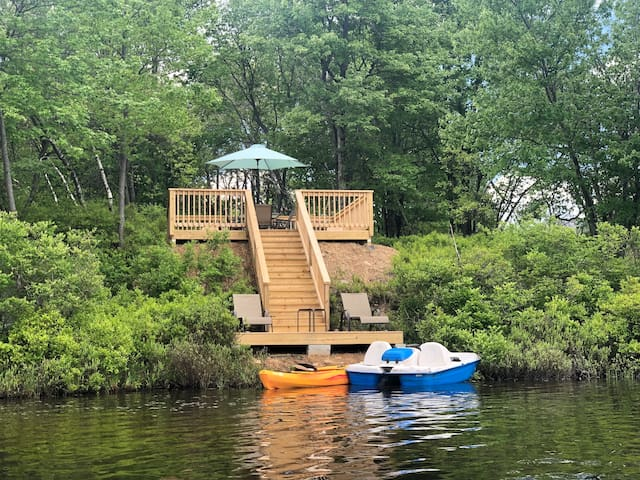 Poconos lake front with pool/tennis/game tables