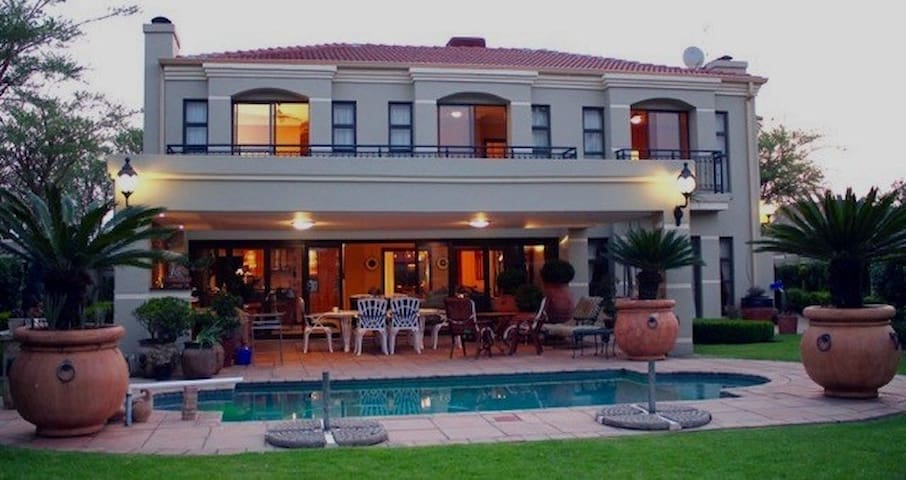 Set in the tranquil beauty of Hartbeespoort Dam - Hartbeespoort - Huis