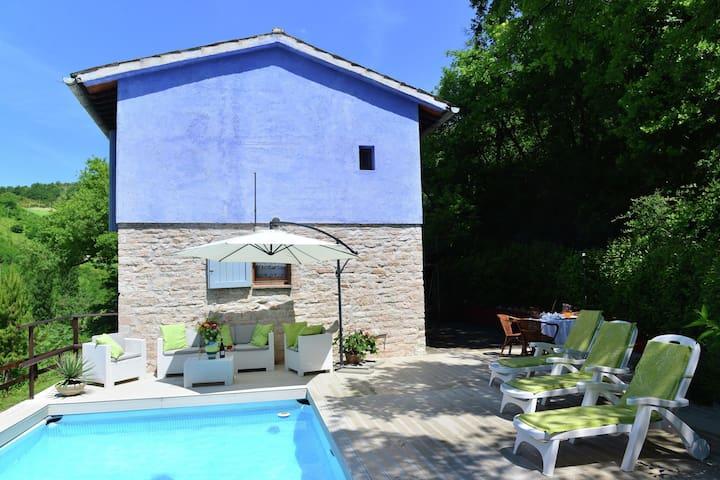 Hermosa casa con piscina privada, jardín grande y hermoso medio ambiente