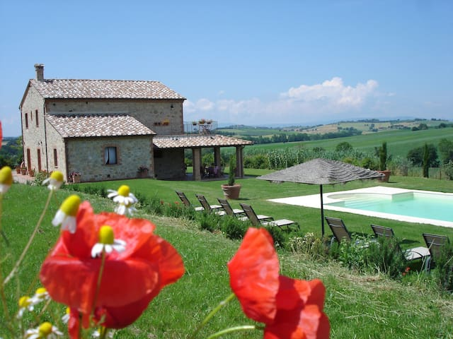 Umbrian Farmhouse-gardens & pool close to Cortona