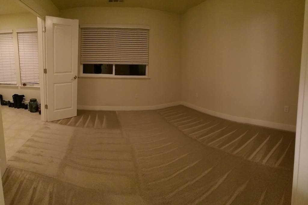empty room (table + queen size nice airbed to be added!)