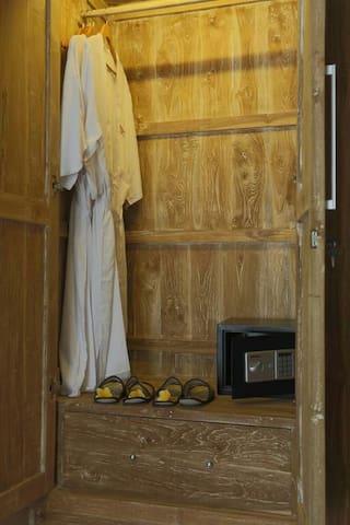 Wardrobe & safe deposit box