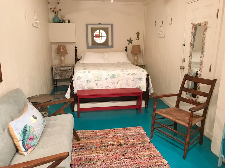 Queen Bed/Small sitting area