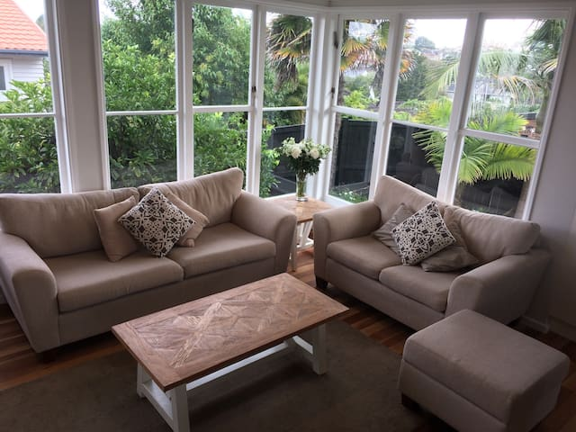 Newly Renovated 2BD Cottage Styled - Auckland - Casa