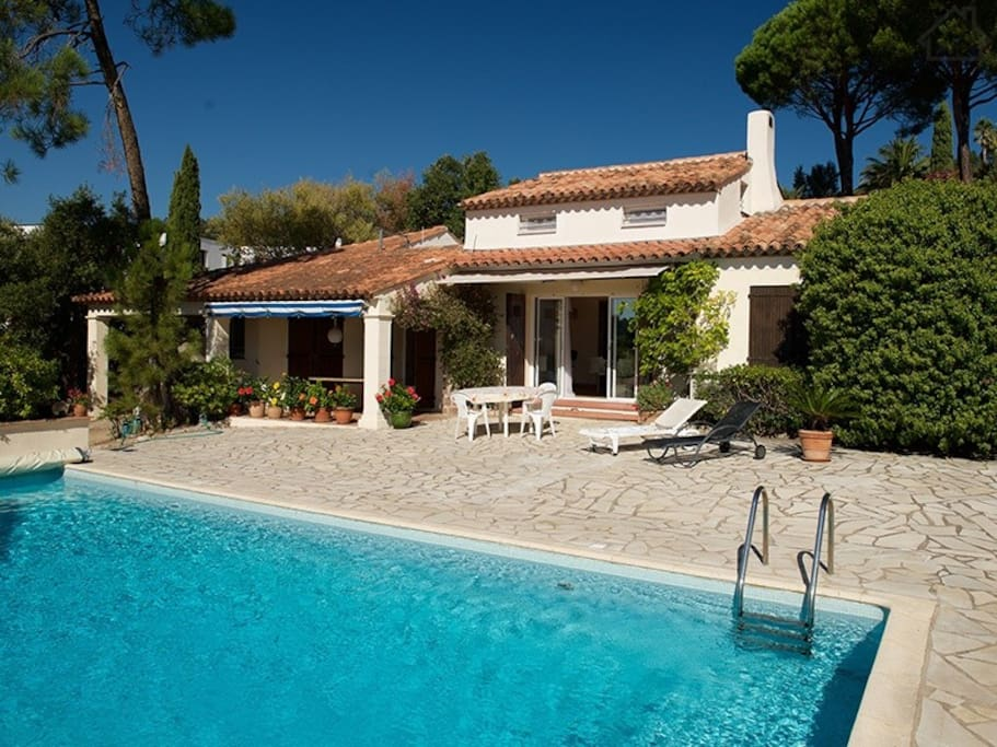 Vue globale : maison des propriétaire au rdc et studio avec terrasse à l'étage