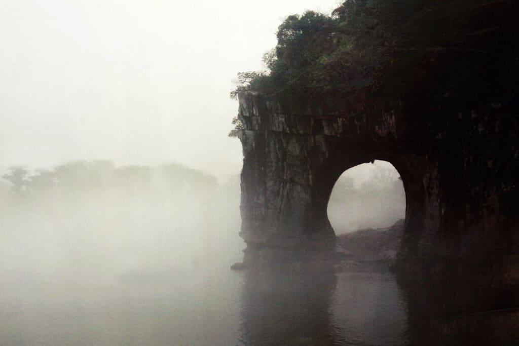 旅馆周边的风景:桂林市城市市徽——象鼻山(十分钟步行)。