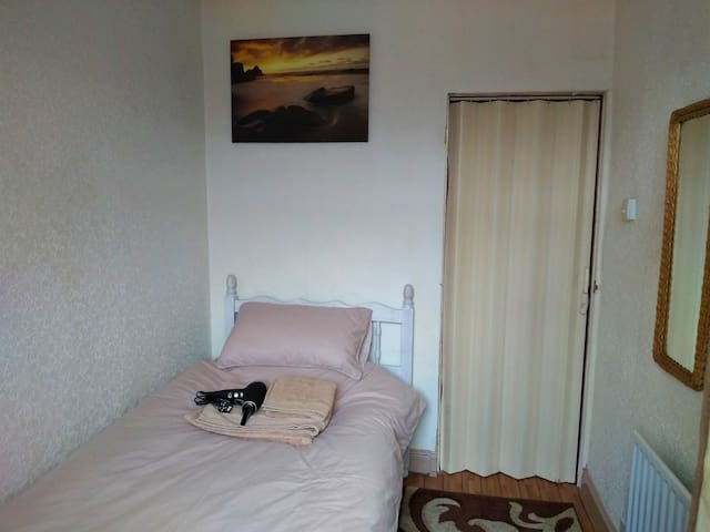 COSY SINGLE ROOM IN FRIENDLY HOME