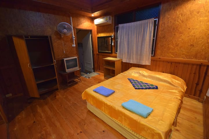 Spacious room in a wooden bungalow - Ko Tao - House