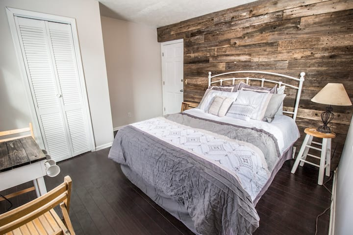 Rustic Guest Room, Near Downtown and Highway!