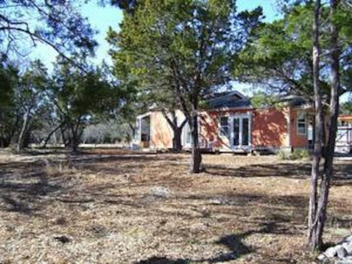 Charming Hill Country Cottage - minutes to Austin!