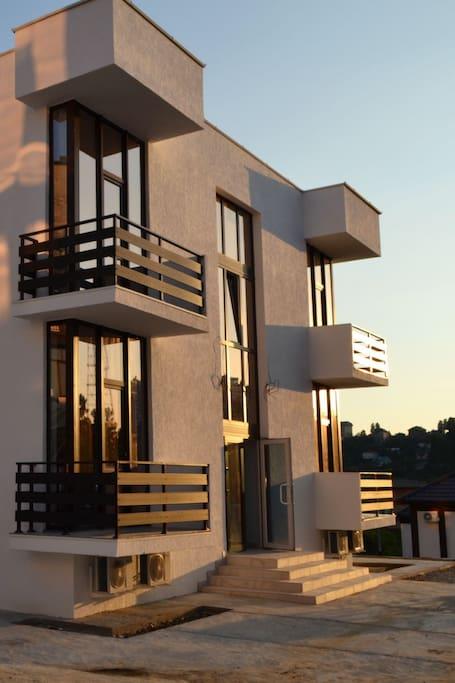 Квартиры с балконом и с большим окном в каждой комнате