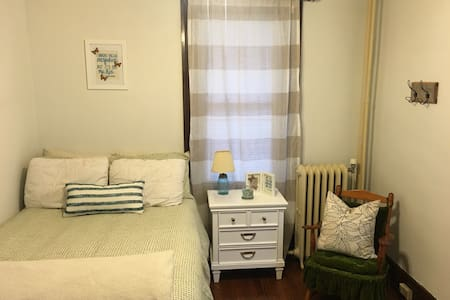 Charming Downtown Apartment - 尚佩恩