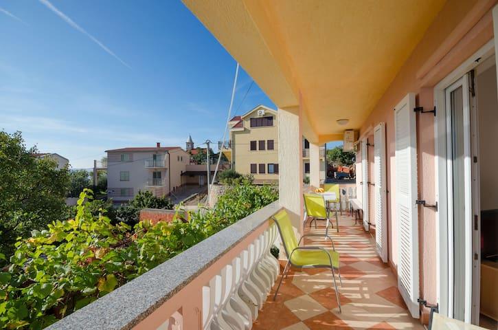 Appartement Au bord de mer, avec deux chambres à coucher, 100m du centre, à Karlobag, La piscine ouverte, La terrasse