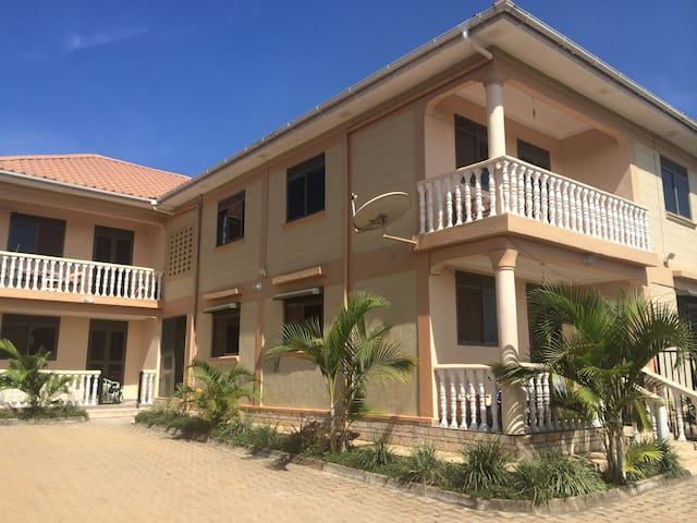 Lovely, spacious lakeview apartment - Kampala - Bed & Breakfast
