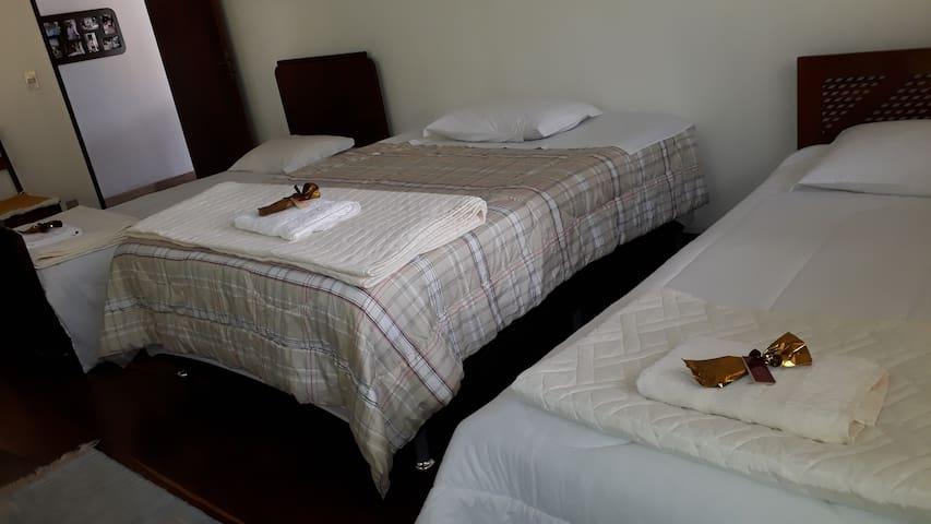Opcional de cama casal ou solteiro no quarto.