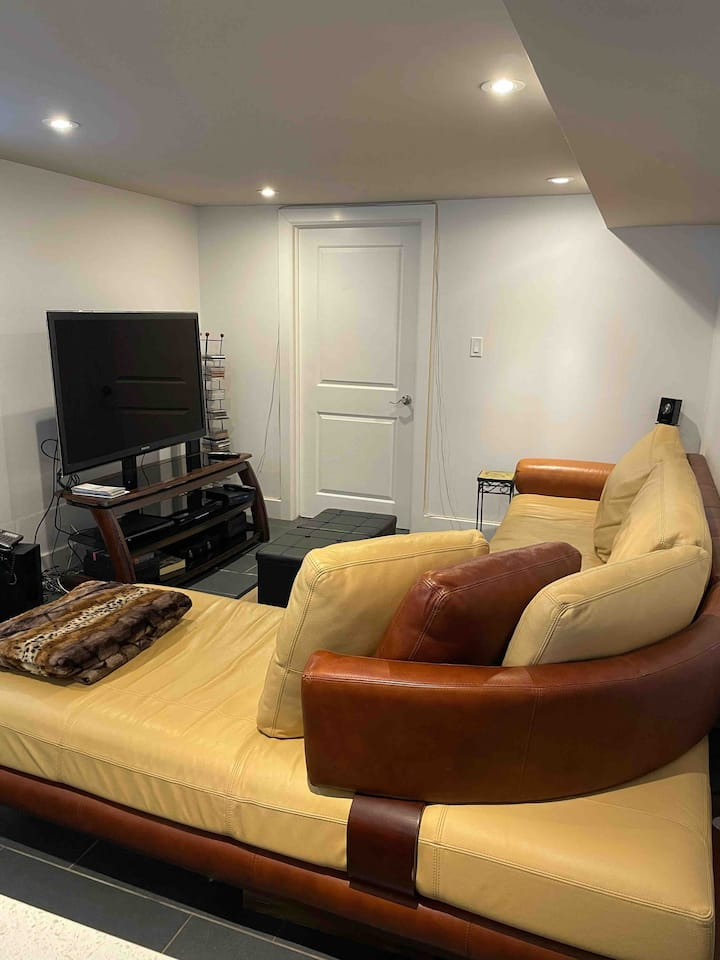 Private One Bedroom Unit - Steps from Queen's, KGH