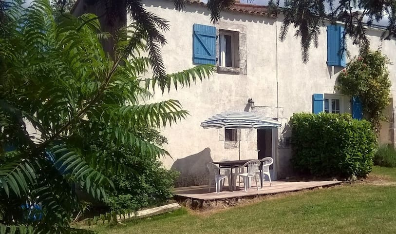 1 bedoomed cottage, shared pool, family friendly - Saint-Vincent-sur-Graon - Casa