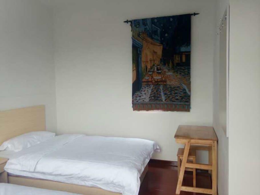 纯橡木实木桌椅。梵高名画挂毯。