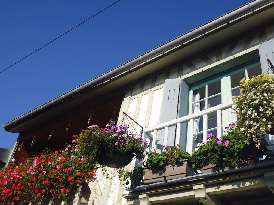 La maison, deux étages, avec balcons.