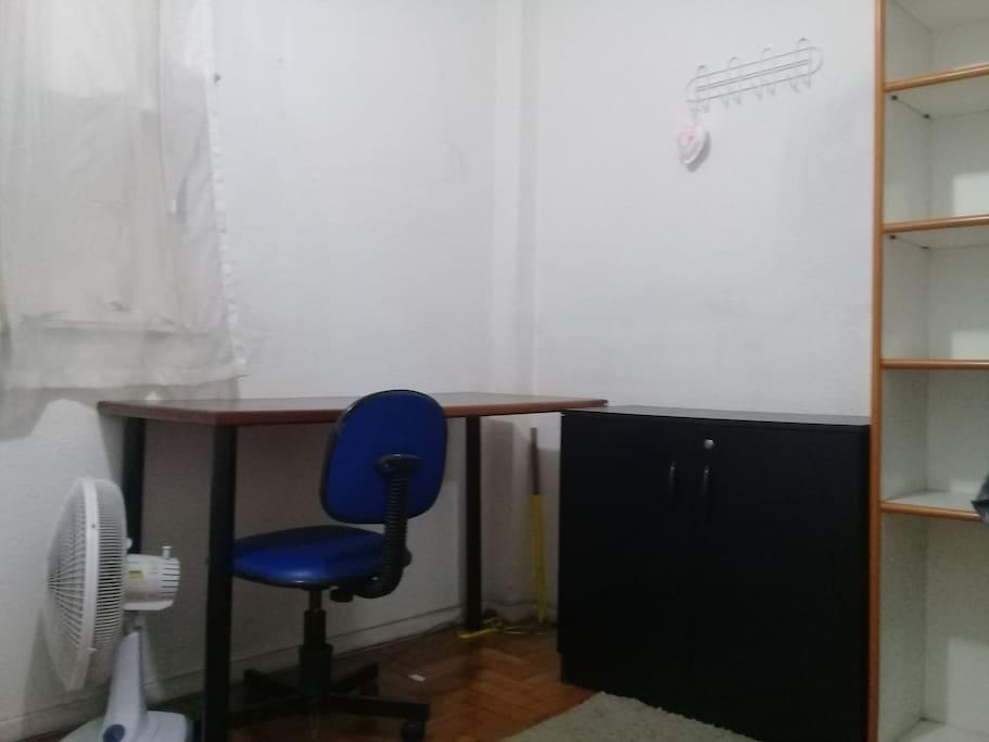 quarto - mesa e estante