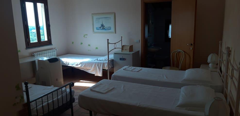 Camera per 4 persone bagno tv e aria condizionata