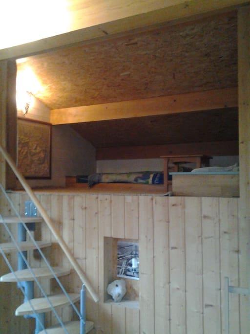 Coin refuge dans la même pièce avec un lit double et un simple.