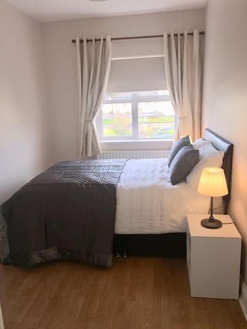Double room in clean modern apt, free parking,wifi