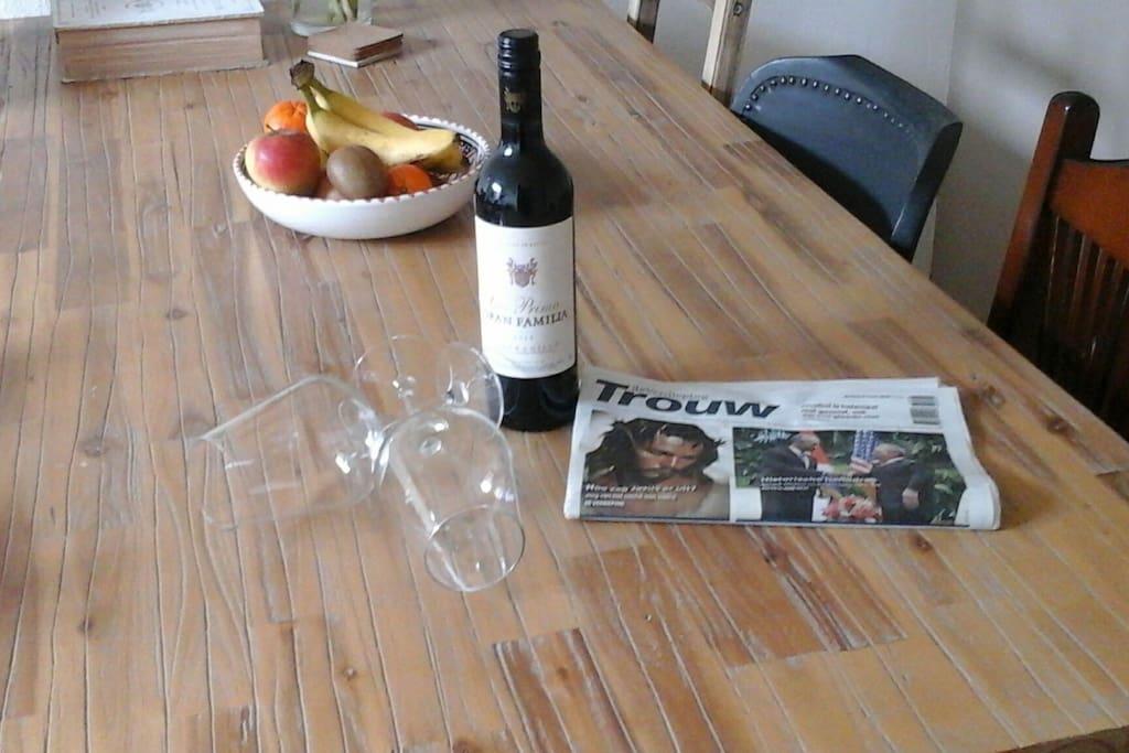 Genieten van een heerlijk glas wijn terwijl u de krant leest