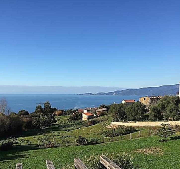 Vue panoramique sur mer et montagnes
