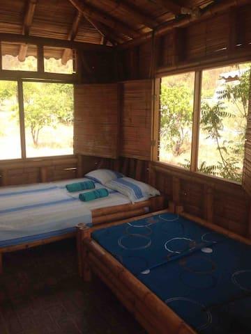 Interior de la cabaña muy fresca por el material que es la guadua