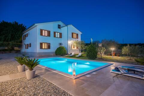 Вилла Oliva *Современная квартира с бассейном*