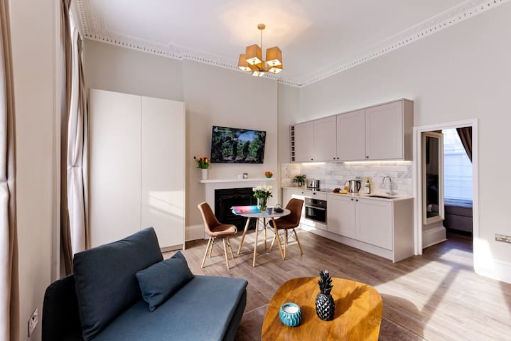 Decorative fireplace, smart TV and table for eating or work. Fully equipped kitchen, with washing machine-dryer, minifridge, oven microwave, Nespresso coffee machine, kettle, toaster and kitchenware.